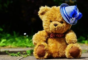 a teddy bear with german hat representing fun facts o životu u njemačkoj article