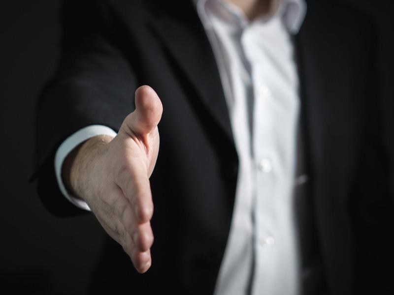 a hand extended for handshake used as illustration for pristojnost u različitim kulturama